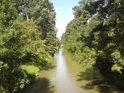 Pohled proti proudu Baťova kanálu z mostu ve Strážnici.