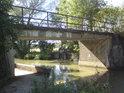 Pravobřežní stavidlo na Baťově kanálu pod jedním z mostů ve Strážnici.