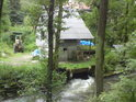 Náhod se vrací do řeky Moravy pod domem.