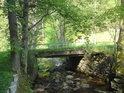 Mezi jezem a mostem v horní části obce Dolní Morava.