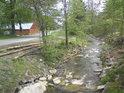 Ledabyle pohozené smrkové klády na levém břehu Moravy v obci Dolní Morava.