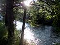 Těsně pod Hanušovicemi lze na poměrně dlouhém úseku Moravy spatřit překrásné scenérie ranního Slunce.