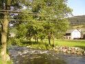 Sluncem zalité jsou všechny barvy krásnější, nejinak tomu je i pod lávkou přes Moravu, vedoucí na nádraží v Raškově.