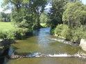 Malý jez na řece Moravě pod mostem v Bartoňově.