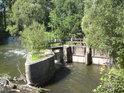 Stavidla pravobřežního náhonu Moravy v Bartoňově pod silničním mostem.