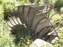 Staré mlýnské kolo netradiční konstrukce na levém břehu Moravy pod silničním mostem v Bartoňově jistě zaujme nejen turisty.