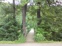 Lávka přes Moravu v Hanušovicích vede ke hřišti a tenisovým kurtům.