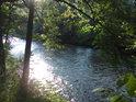 Rozlučme se s Moravou v Hanušovicích překrásným ranní pohledem na Slunce v hladině řeky.