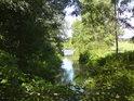 Lávka přes souběžný vodní tok podél pravého břehu Moravy.