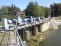 Stavidlo, které reguluje odtok vody do Staré Moravy v Hodoníně.