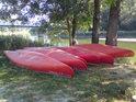 Šestice červených rakouských kajaků na pravém břehu Moravy nedaleko obce Hohenau an der March.