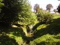 Pravobřežní přítok Moravy v kroměřížském zámeckém parku.