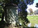 V kroměřížském zámeckém parku najdeme i takovouto malou stavbu, která pravděpodobně během času měnila svůj účel.