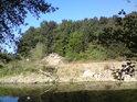 Na pravém břehu Moravy nad soutokem s Dyjí právě probíhají stavební práce, jak můžeme vidět ze slovenské strany přes řeku.