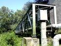 Lávka s produktovodem jen pár metrů po proudu Moravy od mostu u obce Střeň.