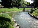 Ano, je tomu tak, pravobřežní mlýnský náhon v Litovli má více vody, než hlavní tok řeky. V pozadí je vidět menší most.