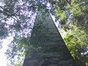 Spodní pohled na obelisk ze strany severní, od řeky Moravy , právě takto vidí žena, toužící po početí obelisk těsně před pokleknutím.