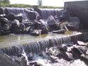 Místo, kde voda řeky Moravy překonává jez mimo hlavní kontrolu je opravdu krásné, doslova se tu dá vyblbnout na kamenech.