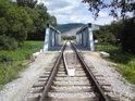 Vlečka do lomu v Leštině se dostává přes řeku Moravu po železném mostě.