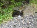 Další pravobřežní přítok Moravy je naveden do propustu pod horskou cestou a pak se valí prudce, aby posílil tok řeky.