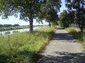 Cesta podél pravého břehu řeky Moravy mezi obcemi Kostelany a Nedakonice.