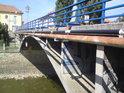 Boční detail silničního mostu přes Moravu ve Veselí.