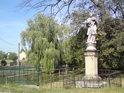 Barokní socha svatého Jana Nepomuského je umístěna, jak jinak, než u vody, zde proti zámku ve Veselí nad Moravou.