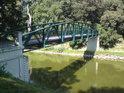 Lávka přes řeku Moravu spojuje obě části zámeckého parku ve Veselí.