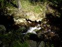 Kontrast Slunce a stínu může vyniknout i na horské vodě.