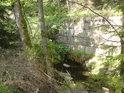 Opěrná zeď tu tvoří pravý břeh Moravy.