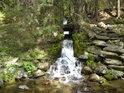 Kamenitý potok posiluje Moravu z levého břehu kaskádou malých vodopádů.